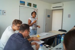 Salle de classe avec professeur et étudiants