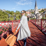 Etudiant qui traverse un pont à Lyon